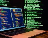 Concepto del delito informático, pirata informático que viola el servidor, vista lateral Ataque cibernético de Anonymus fotografía de archivo libre de regalías