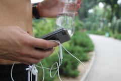 Concepto del deporte Escuche la música y corra Foto de archivo libre de regalías