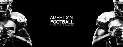 Concepto del deporte Jugador del deportista del fútbol americano en fondo negro con el espacio de la copia Concepto del deporte imagen de archivo libre de regalías