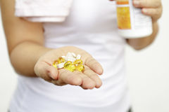 Concepto del deporte y de la dieta - mano de la mujer con la medicación Fotografía de archivo libre de regalías