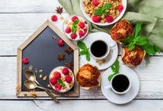 Concepto del desayuno Mollete hecho en casa del yogur de las bayas del granola del muesli del café Fotografía de archivo libre de regalías