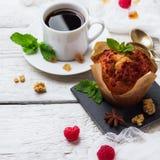 Concepto del desayuno Torta hecha en casa de las bayas de café Imagen de archivo