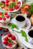 Concepto del desayuno Yogur hecho en casa de las bayas del granola del muesli del café Imagen de archivo libre de regalías