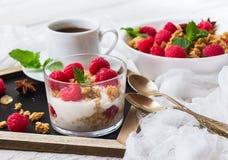 Concepto del desayuno Yogur hecho en casa de las bayas del granola del muesli del café Fotos de archivo
