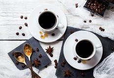 Concepto del descanso para tomar café Tazas y habas, tema del desayuno Fotos de archivo