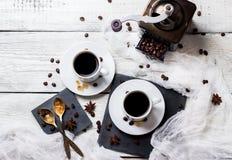 Concepto del descanso para tomar café Tazas y habas, tema del desayuno Fotografía de archivo