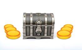 Concepto del dinero de la ganancia con las monedas y la caja secreta del tesoro Fotos de archivo libres de regalías