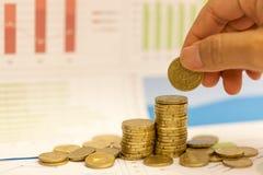 Concepto del dinero del ahorro, centavos euro y gráfico Imágenes de archivo libres de regalías