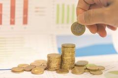 Concepto del dinero del ahorro, centavos euro y gráfico Imagenes de archivo
