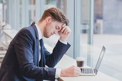Concepto del dolor de cabeza o de la crisis, hombre de negocios triste cansado fotos de archivo libres de regalías