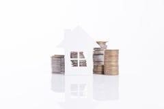 Concepto del domicilio familiar del anuncio de negocio y moneda creciente de la pila Fotografía de archivo libre de regalías