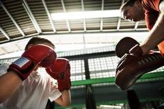 Concepto del ejercicio de los mitones del sacador del entrenamiento del boxeo del muchacho fotos de archivo libres de regalías