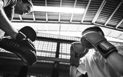 Concepto del ejercicio de los mitones del sacador del entrenamiento del boxeo del muchacho imágenes de archivo libres de regalías