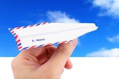 Concepto del email del cielo y del aeroplano de papel fotos de archivo libres de regalías