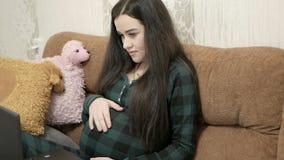 Concepto del embarazo, de la maternidad y de la tecnología almacen de video