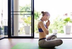 Concepto del entrenamiento de la actitud de la práctica de la yoga de la mujer Foto de archivo libre de regalías
