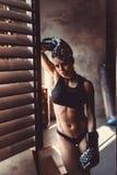 Concepto del entrenamiento del entrenamiento de la fuerza de la aptitud - muchacha atractiva del deporte del culturista muscular  foto de archivo