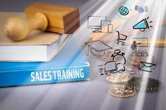 concepto del entrenamiento de ventas libro azul en una tabla gris de la oficina foto de archivo