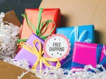 Concepto del envío gratis con la caja de cartón Foto de archivo