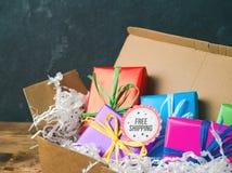 Concepto del envío gratis con las cajas de regalo Foto de archivo libre de regalías