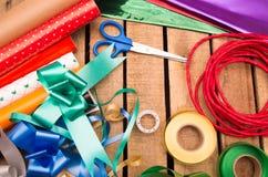 Concepto del envoltorio para regalos con diversos colores de papel Imagen de archivo libre de regalías