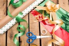 Concepto del envoltorio para regalos con diversos colores de papel Fotografía de archivo