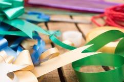 Concepto del envoltorio para regalos con diversos colores de papel Imagen de archivo