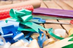 Concepto del envoltorio para regalos con diversos colores de papel Fotos de archivo