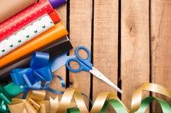 Concepto del envoltorio para regalos con diversos colores de papel Foto de archivo libre de regalías