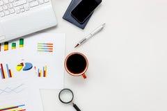 Concepto del escritorio de oficina de los accesorios de la visión superior teléfono móvil, café, no Foto de archivo libre de regalías