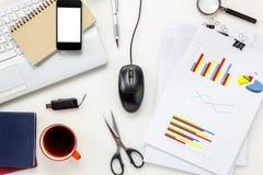 Concepto del escritorio de oficina de los accesorios de la visión superior teléfono móvil, café, no Imagen de archivo libre de regalías