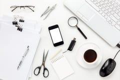 Concepto del escritorio de oficina de los accesorios de la visión superior teléfono móvil, café, no Foto de archivo