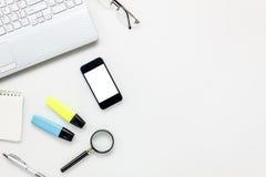 Concepto del escritorio de oficina de los accesorios de la visión superior teléfono móvil, papel de carta, Fotografía de archivo