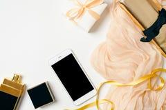 Concepto del espacio de trabajo del blogger de la moda Fondo femenino de la visi?n superior Escritorio puesto plano de Ministerio fotografía de archivo libre de regalías