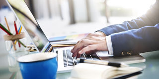 Concepto del establecimiento de una red de Laptop Technology Working del hombre de negocios Imagen de archivo