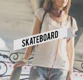 Concepto del estilo de la calle del adolescente del patinador del monopatín Fotos de archivo libres de regalías