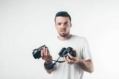 Concepto del estilo del viaje, de la tecnología y de vida: fotógrafo barbudo joven que toma imágenes con la cámara digital Imagenes de archivo