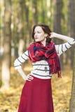 Concepto del estilo: Dressed modelo femenino caucásico en Clothin elegante Fotografía de archivo libre de regalías