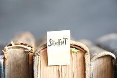 concepto del estudiante, etiqueta y libros, foco suave Imagen de archivo libre de regalías