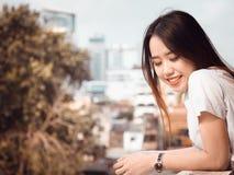 Concepto del estudiante y del gradutation de la muchacha hermosa asiática 20s t Fotografía de archivo