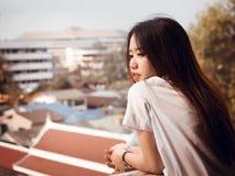 Concepto del estudiante y del gradutation de la muchacha hermosa asiática 20s t Fotografía de archivo libre de regalías