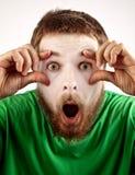 Concepto del exitazo - mime sorprendente que mira al hombre Imagenes de archivo