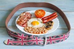 Concepto del extracto de la dieta del desayuno inglés con la comida y la correa Foto de archivo libre de regalías