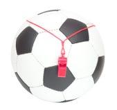 Concepto del fútbol, bola con el silbido del árbitro Fotos de archivo
