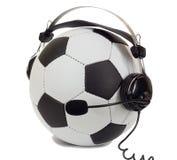 Concepto del fútbol, bola en auriculares como comentarista Imagen de archivo
