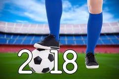 Concepto del fútbol - jugador de fútbol con la bola en el estadio Foto de archivo