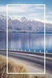 Concepto del fondo de Asphalt Road Lake Mountain Range Fotografía de archivo