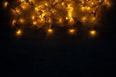 Concepto del fondo de las luces de la Navidad en el escritorio de madera Fotografía de archivo