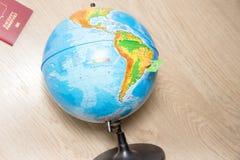 Concepto del fondo del viaje Bandera de papel brasileña en el globo Imagenes de archivo