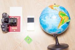 Concepto del fondo del viaje Bandera de papel brasileña, globo, pasaporte, smartphone, cámara de la foto del vintage Imagenes de archivo